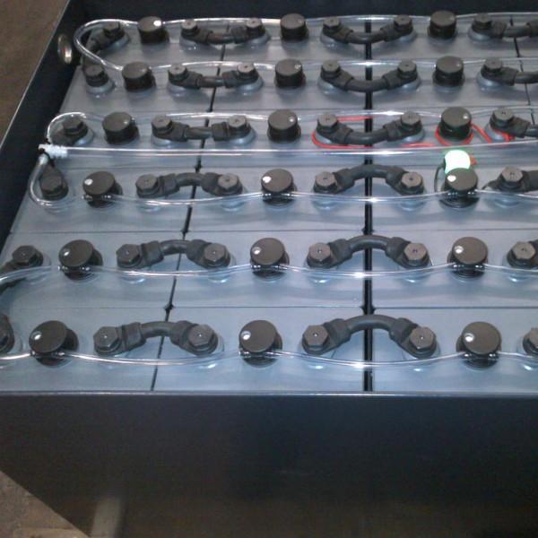 Batterie traction avec remplissage centralisé et sonde de niveau lumineuse